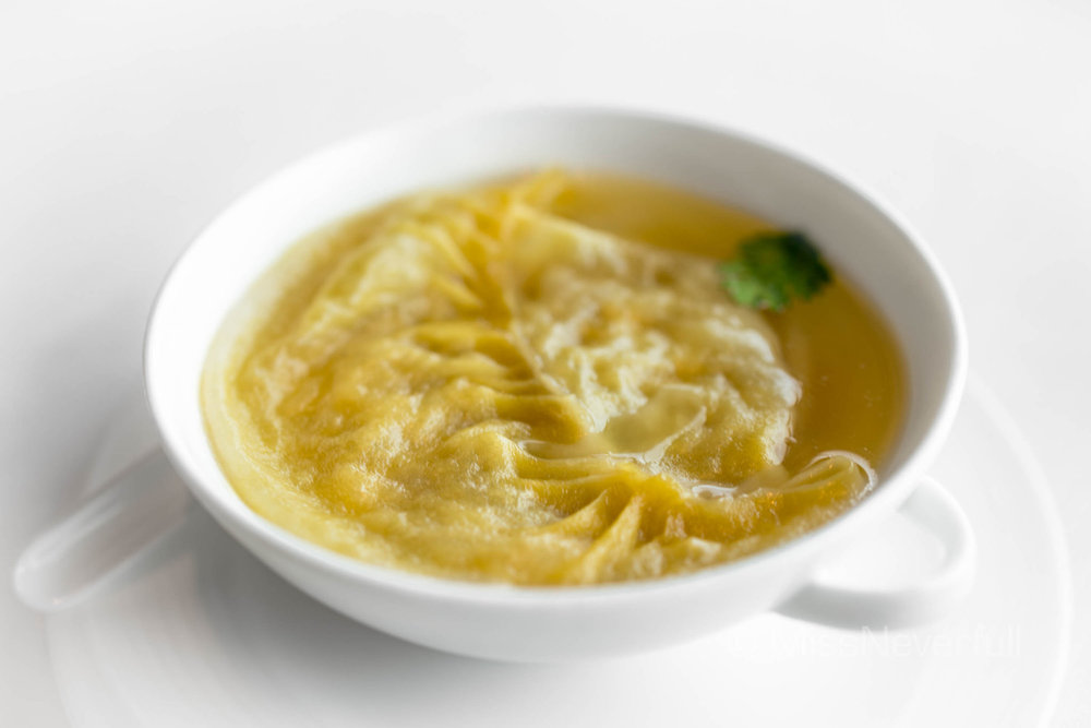 龍軒瑤柱花膠灌湯餃 Soup dumpling with conpoy and fish maw in supreme stock (HK$115)