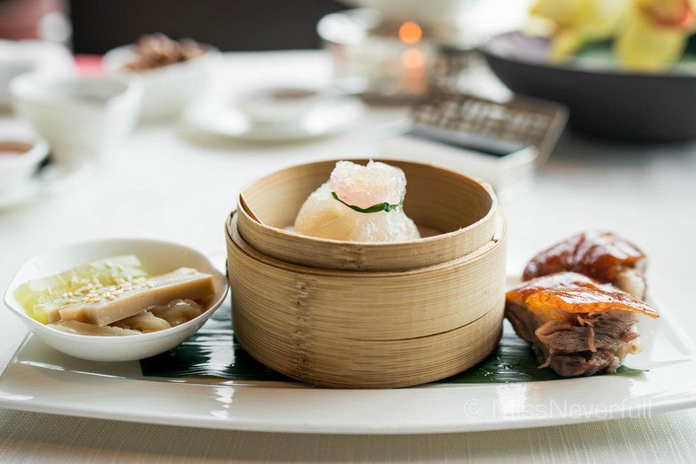 芝麻海蜇凍鮑絲 Chilled shredded abalone with jellyfish in sesame oil、燕窩蟹肉石榴粿 Steamed crab meat and shrimp dumpling with bird's nest、掛爐燒鵝 Roasted goose with plum sauce
