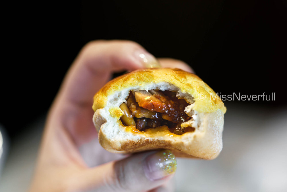 崧子叉燒菠蘿包 Baked Barbecued Pork Buns with Pine Nuts (HK$78)