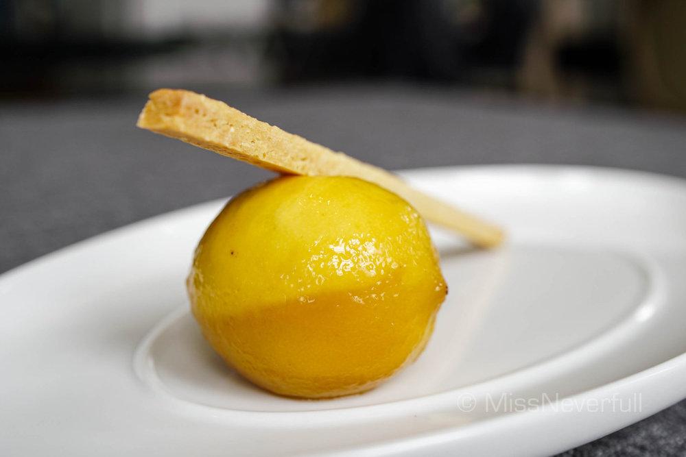 """Lemon & lemon tart 主厨独创""""香浓柠檬塔""""(RMB 110)"""