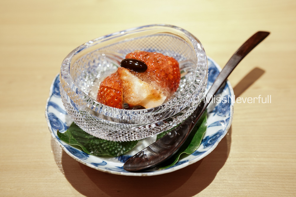 苺と白ワインのゼリー | Dessert: premium strawberries with white wine jelly