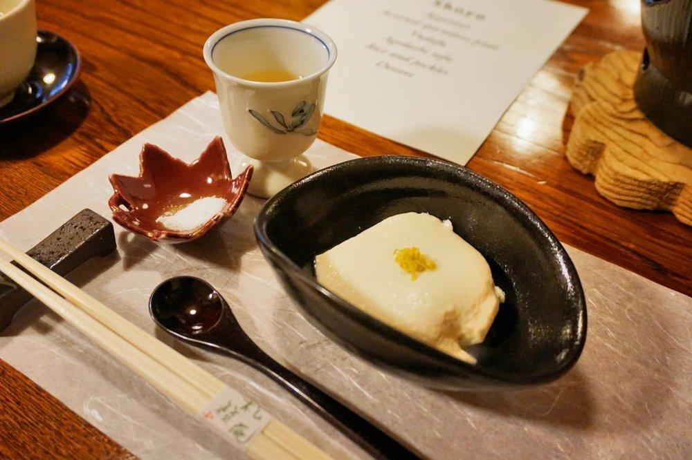Appetizer: Plum wine, cold tofu with Okinawa sea salt [先付:食前梅酒、冷豆腐、沖繩雪塩]