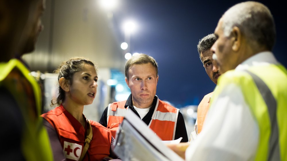 ERU hospital Jordan. Cargo plane from Germany. Maya Helwani (Canadian Red Cross) and Kai Kettunen. Photo: Mikko Vähäniitty.
