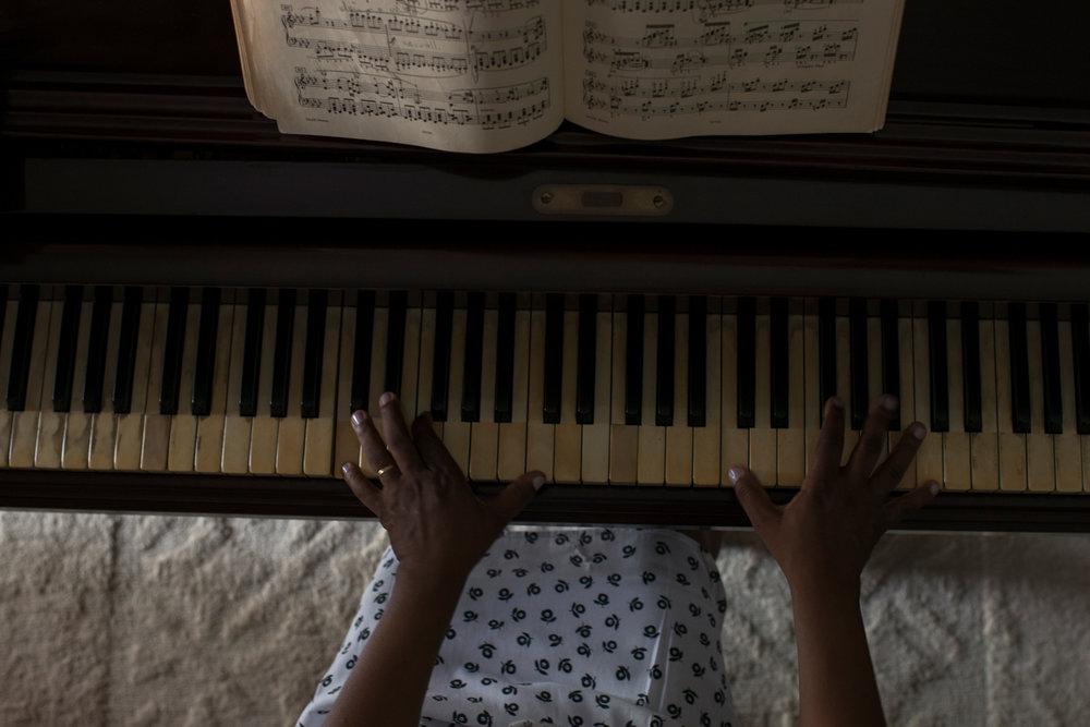 Dez. 7, 2017. A música chegou cedo na vida da Sarah. Ela é a filha mais nova de 10 irmãos, sete mulheres e três homens. Seu pai, falecido em 1993, entendia a importância da música e fez questão que todos em casa aprendessem algum instrumento. Aos 8 anos, uma irmã mais velha de Sarah lhe ensinou piano. E foi aíque a menina conheceu Nicolau Martins de Oliveira.