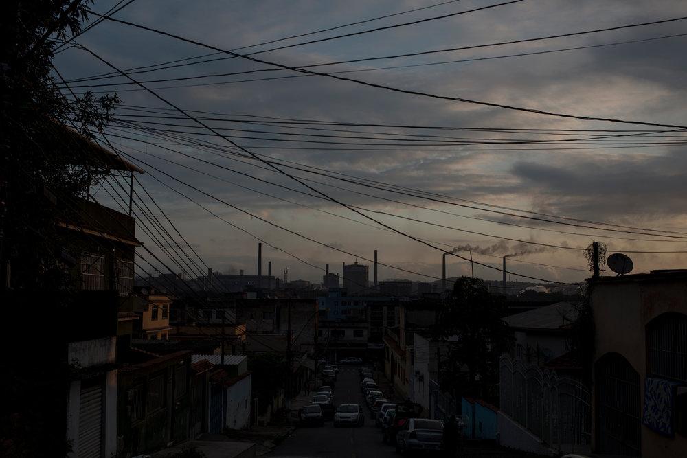 Dez. 6, 2017. Final do dia em Volta Redonda com a Companhia Siderúrgica Nacional (CSN) ao fundo. A cidade de 63 anos se desenvolveu a partir da instalação da empresa, que tem 76 anos. Em 1941,houve uma forte migração para a região que pertencia à Barra Mansa e onde estava começando a ser construída a CSN. Em 1946, quando a Companhia deu início às atividades, a população local teve um boom de crescimento que foi equivalente ao desenvolvimento industrial. E, assim,em 1954,Volta Redonda se emancipou do município de Barra Mansa para fazer seu nome na história do aço nacional.