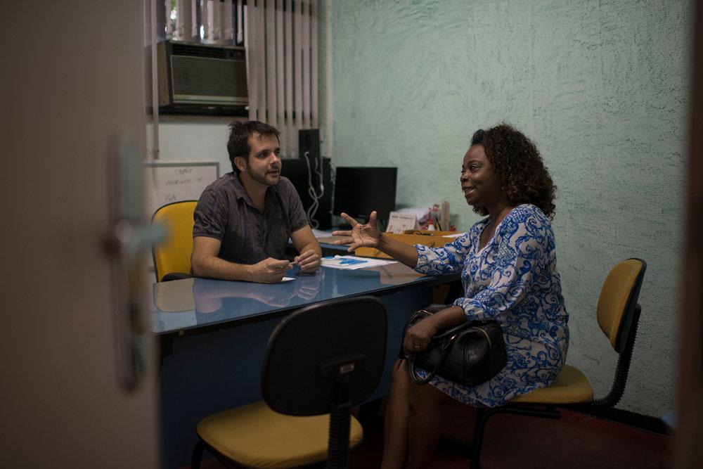 Dez. 6, 2017. A maestrina conduz a comunicação entre projeto e poder publico. Na foto, ela se reúne com o presidente da FEVRE,Eduardo Dessupoio, para falar sobre verba para pagamentos atrasados.