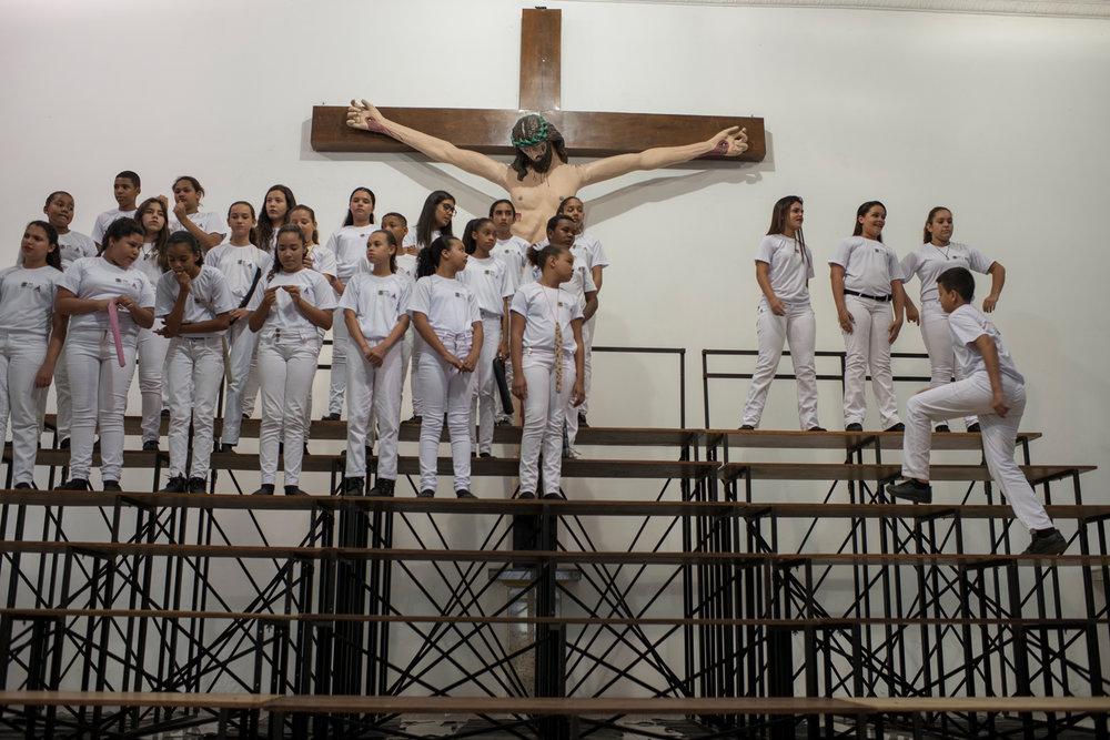 Dez. 6, 2017. As crianças são posicionadas por Sarah na igreja São Sebastião, no bairro do Retiro. A igreja faz parte do roteiro de seis concertos que estão programados para dezembro.