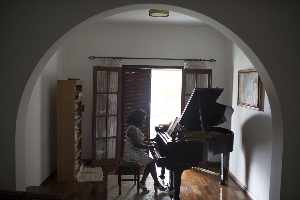 Dez. 7, 2017. Na casa onde mora sozinha, Sarah estuda piano cotidianamente para praticar seu o instrumento favorito. Dos compositores, ela prefere Beethoven. Já o tipo musical que mais gosta é a música francesa. Sarah tem uma relação próxima com a França há muitos anos. É casada com um francês há 11 anos (cada um em sua casa, em bairros diferentes)e foi em Paris que se aprofundou artisticamente. Em 1999, a maestrina foi convidada por uma fundação internacional para uma viagem de estudos com outros artistas. Esse intercâmbio resultou, três anos depois, em um recital de piano na embaixada brasileira em Paris, onde Sarah interpretou um programa franco-brasileiro.