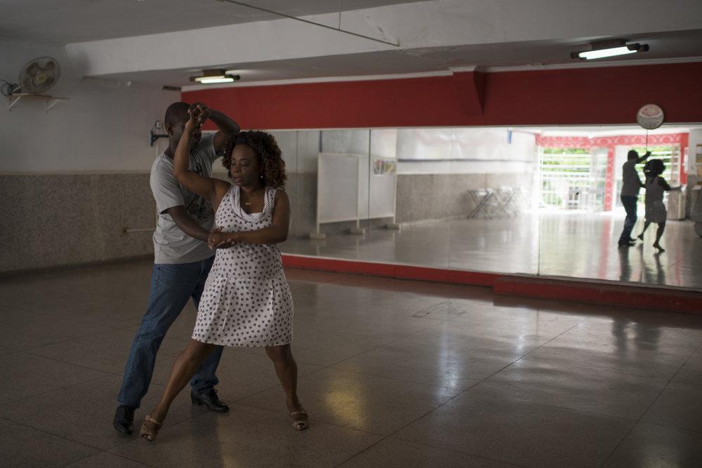 Dez. 7, 2017. A aula particular semanal de dança é o momento em que Sarah se solta. Ela diz que a atividade traz mais desenvoltura para seus movimentos quando está regendo. E como na dança é o homem que conduz, a maestrina comenta que é um dos poucos momentos em que sai da posição de controle e se permite ser conduzida.