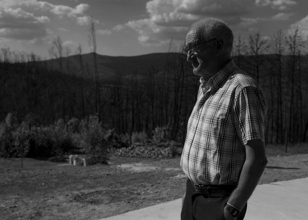 Aires Henriques, 79, observa o novo quintal após ter sua casa antiga inteiramente queimada, em Figueiró dos Vinhos, Portugal. Setembro 2018. © Lucas Landau