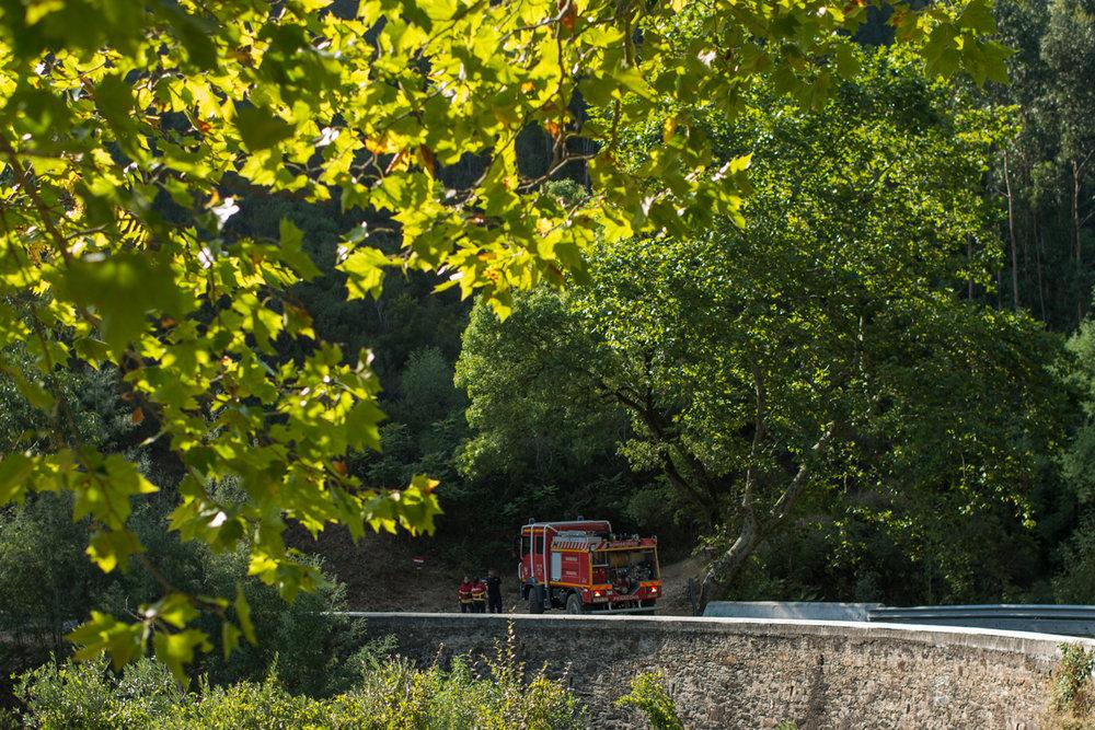 Bombeiros controlam incêndio florestal na aldeia Penacova, em Lorvão, Portugal. Setembro 2018. © Lucas Landau