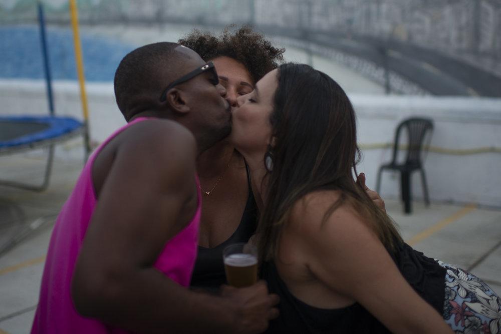 Triple kiss proposed by the girls. 2019 © Lucas Landau/UOL/Universa