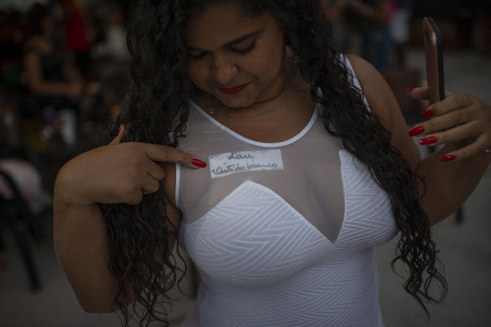 """""""Lau. White dress"""". 2019 © Lucas Landau/UOL/Universa"""