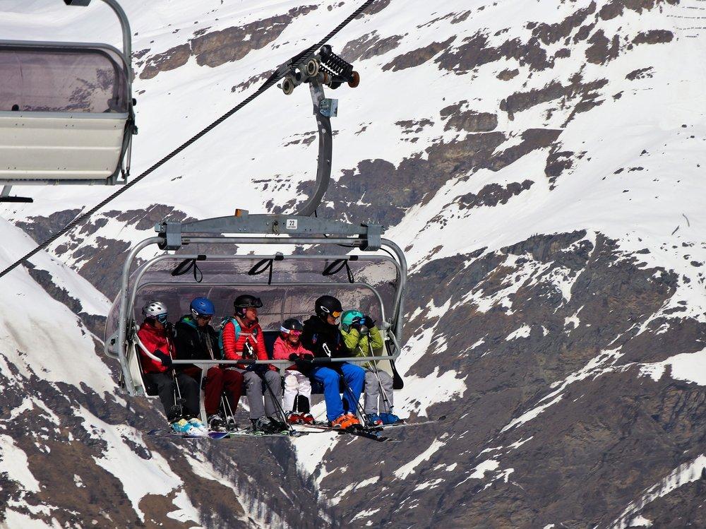 skiers-3304525_1920.jpg