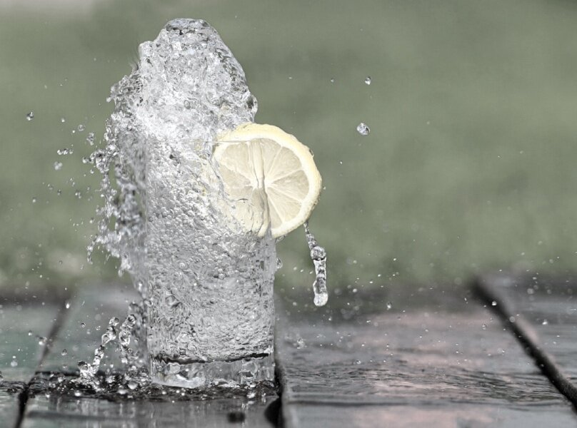 lemon water cup splash.jpg