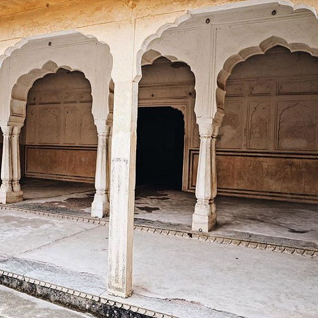 Indian hues and magical archways 🌟 via @hazelandfolk