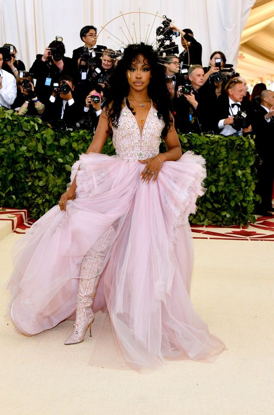 SZA was one of my favorites for the night! The surprise boots were super cool and her headpiece was gorgeous! I know her makeup was supposed to look like the Weeping Madonna but her makeup looked melty. Not great.