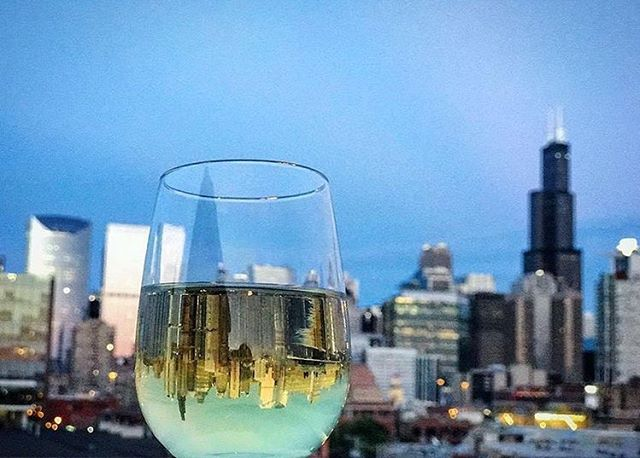 where's #happyhour tonight, #chicago? 📸: @windycityblogco • • • • •#chicago #drinks #friday #yay #friyay #weekend #love #girls #fun #chitown #chigram #chitown #windycity #windycitybloggers #chicagogram #instachi #winter #views #wine #cheers #events