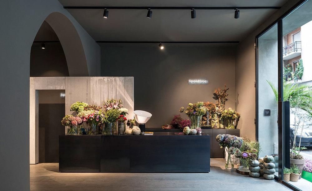 A  Potafiori , em Milão, é um bom exemplo de como os italianos enxergam beleza no cotidiano. Aqui a floricultura se mistura com um café e espaço para apresentações de jazz.