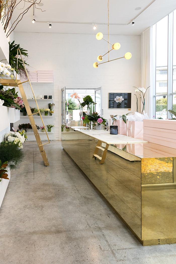 A  Blush , na Nova Zelândia, apostou em um ambiente simples e sofisticado. O objetivo é poder receber clientes que encomendam flores para grandes eventos e eles poderem participar do processo de criação.