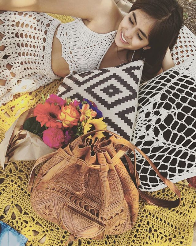 Delicate crochet, flowers, and a picnic? We're all about this dreamy summer photo from @namaste_and_crochet ☀️✨