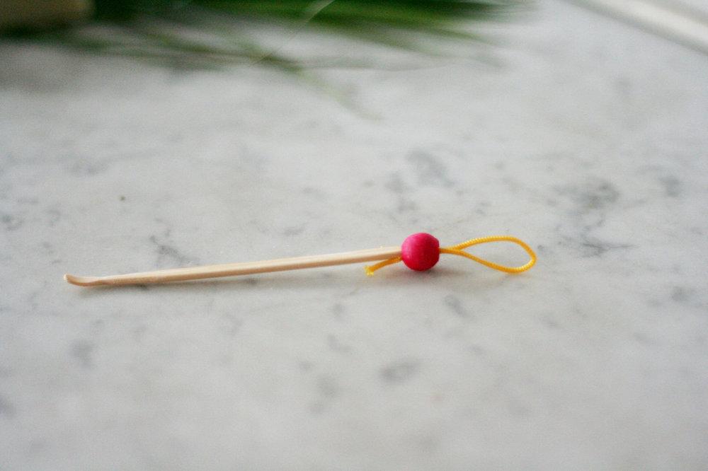 Oriculi - Lamazuna   L'oriculi remplace les cotons tiges à vie !A la différence des bâtonnets, l'oriculi empêche la formation de bouchon. Utilisez-le du côté spatule une ou deux fois par semaine à la sortie de votre douche, afin de retirer le cérumen visible à l'entrée de l'oreille.