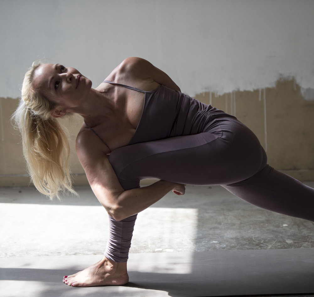 Pavritta Parsvakonasana variation. Viktig å superaktivere bakre ben .