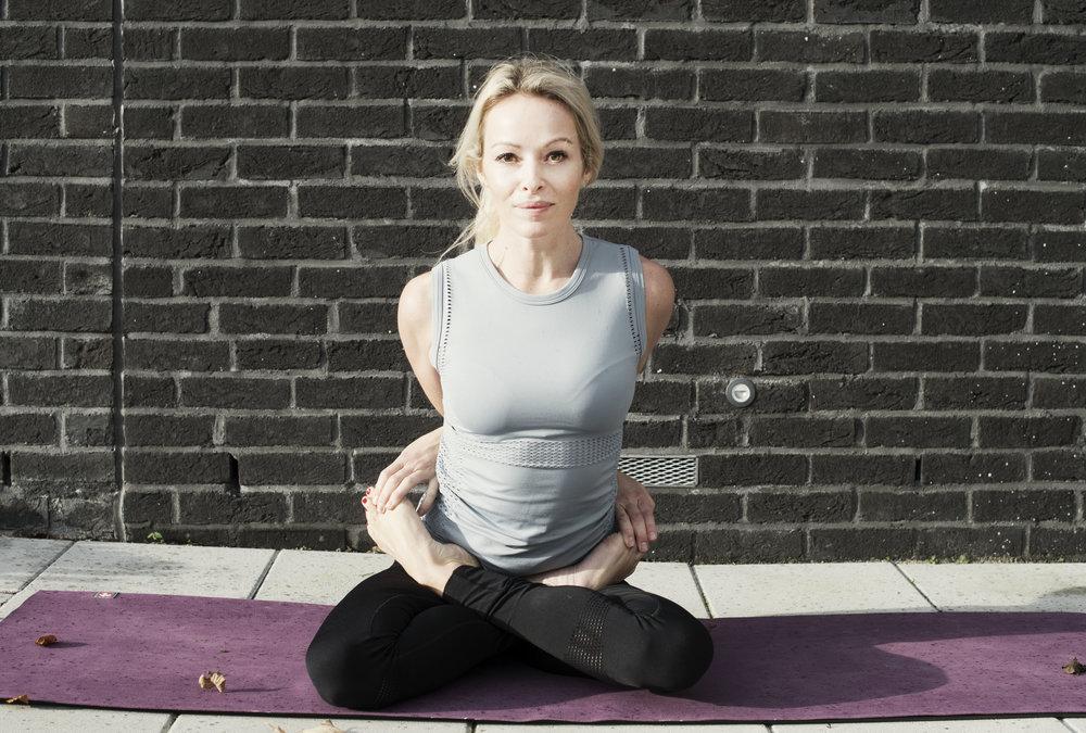 Padmasana- Bound Lotus Effekter: Åpner i bryst, rygg og skuldre. Strekker knær, ankler og hofter. Forbedrer sirkulasjonen i ryggsøyle og bekkenet. Hjelper mot plager forbundet med menstruasjon og toner de indre organene i magen. Stillingen roer sinnet og kan være en forbredelse for dyp avspenning og meditasjon.  Nb: Husk og varm opp før disse stillingene. Lytt til kroppens og pustens signaler. Modifiser om du kjenner ubehag i rygg, nakke eller knær. I flertallet av disse stillingene er det viktig å koble på/ engasjere magemuskulatur og lårmuskulatur. Pust.Nyt.  Klær:  Run and relax   Foto: Anita Hamremoen