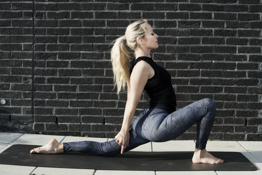 Anyeneyasana- Low lunge variant. Effekter: Styrker ryggen, beina og skuldrene. Strekker hofter, lysk, lår og føtter. Åpner opp i bryst og skuldre. Balanse og mentalt fokus forbedres.