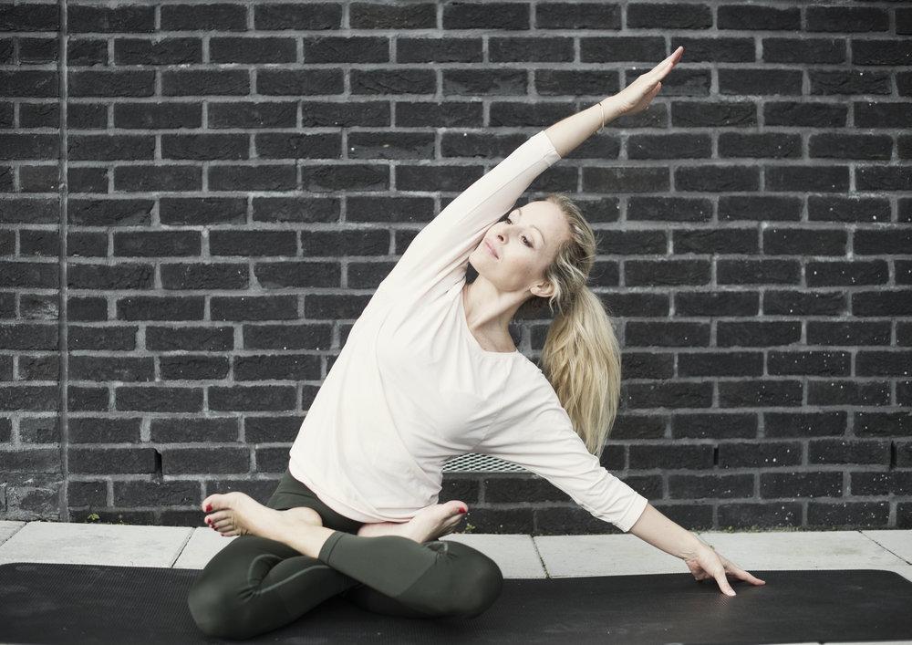 Parsva Sukhasana- Easypose med sidestrekk. Effekter: Strekker nakken, skuldrene, ryggen, øvre skrå bukmuskler samt åpner hoftene. Denne Stillingen roer også sinnet og kan hjelpe mot stress og uro.