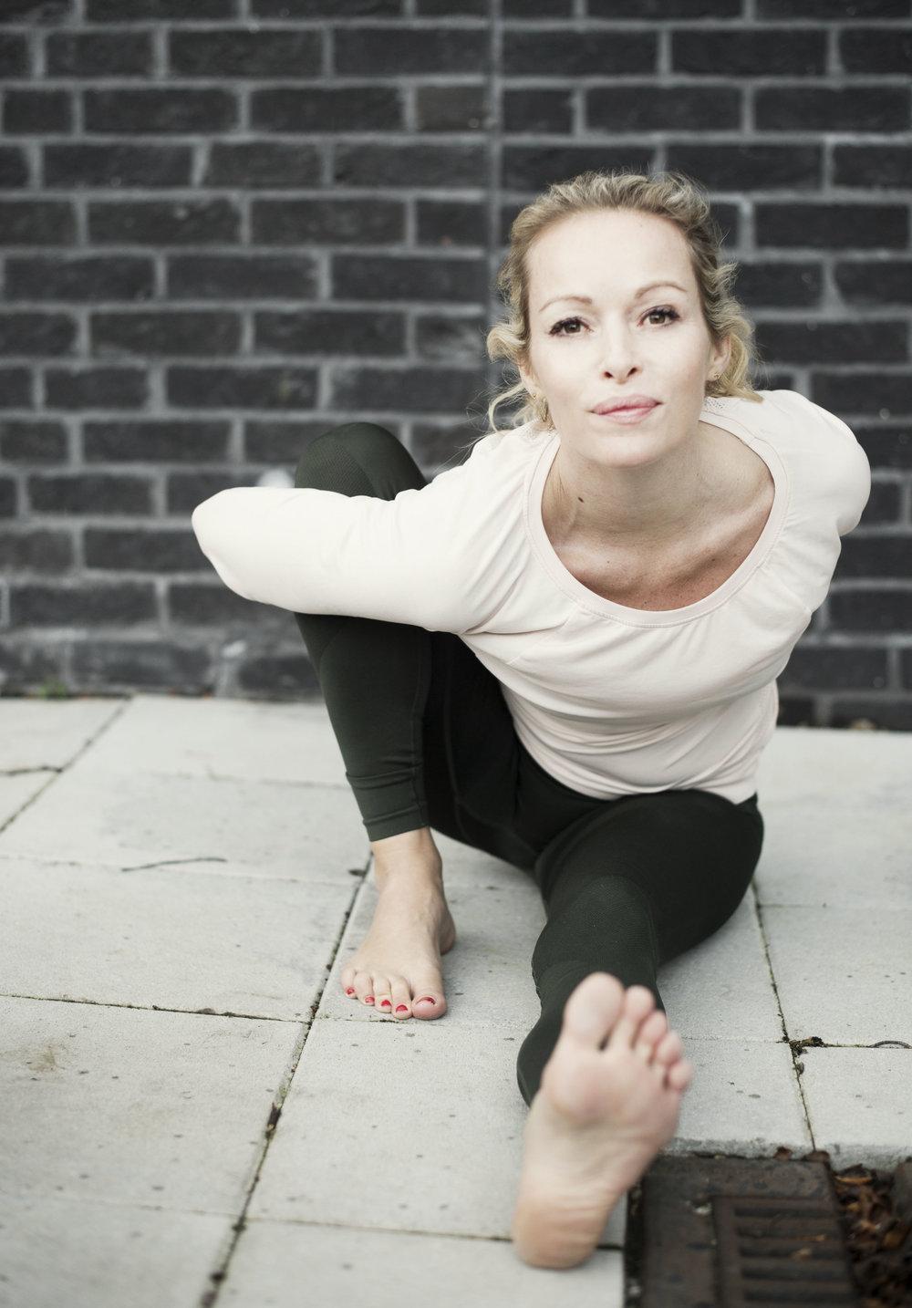 Marichiasana A Effekter: Strekker skuldrene, ryggen, hamstringene og hoftene. Denne asanaen masserer de indre organene, spesielt lever og nyrer. Forbedrer fordøyelsen og sinnet roes.