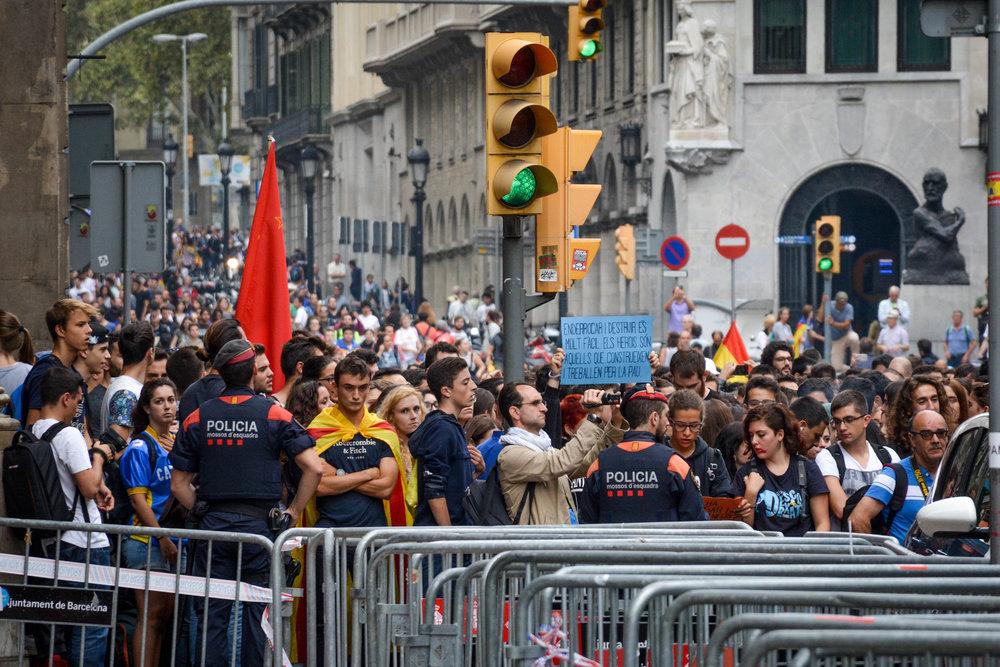 Via_Laietana_Demonstration_3Oct17-1-8.jpg