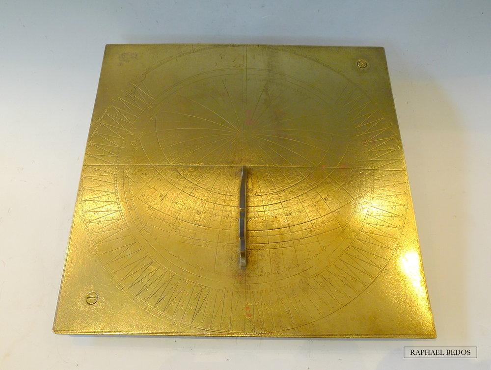 4.Cadran Solaire Horizontal, construit sur le principe de l'astrolabe. Bronze doré .Angleterre.18ème (H 30,5,L: 30,5cm)