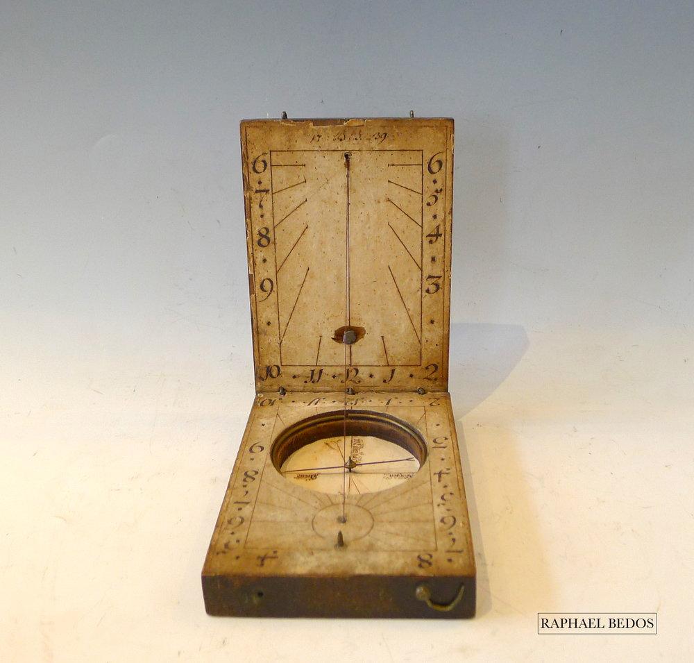 6.cadran solaire dyptique, papier et bois.Allemagne 18ème (L: 10,7cm, l: 16,2cm ,H: 17cm)