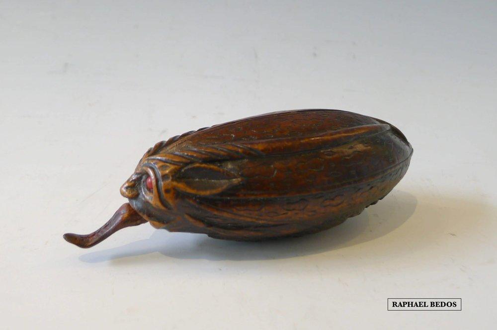 6.Tabatière secouette représentant un gros insecte aux yeux rouges et dont la langue sert de bouchon.L : 11cm