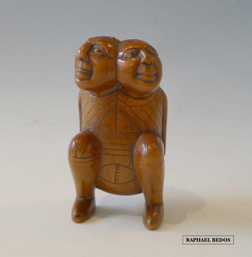 11.Tabatière secouette dite de crotteux, représentant un personnage à 2 têtes, symbole de la dualité de chaque être.Buis.18ème.H : 9cm