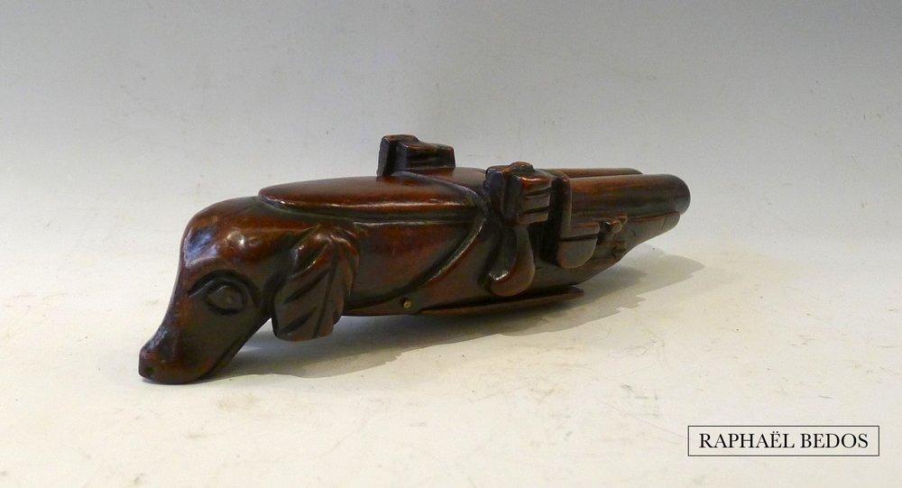 """5.Tabatière pistolet dite au chien, en acajou (belle patine). C.1800,France, Coll """"Argiles."""