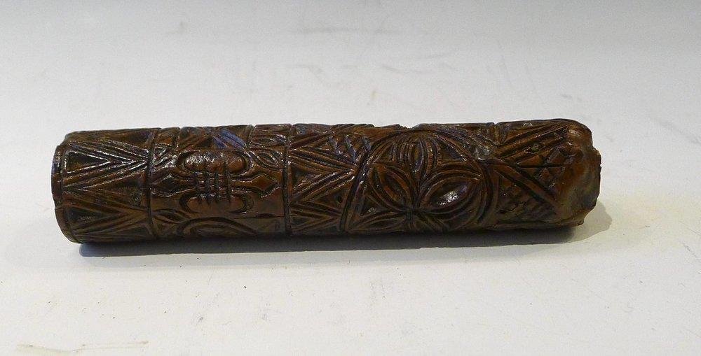 12.Très fin rouleau sculpté de 3 fleurs de lys d'un coeur, d'un arbre de vie de 2 rosaces et de motifs géométriques. L : 13 cm.