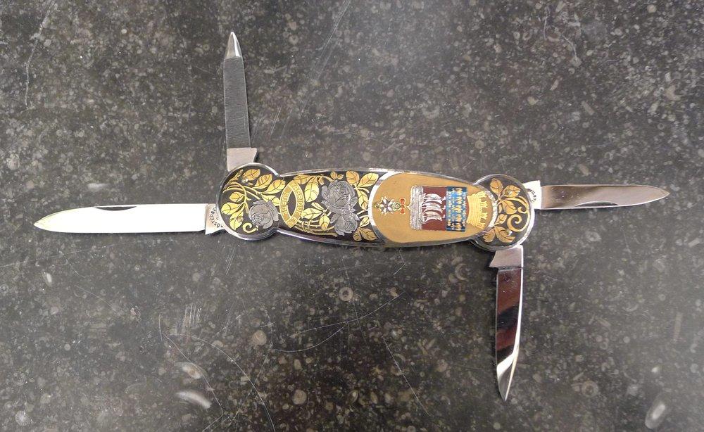 30/Fabriqué en Suède par Kindal (Eskilstuna), Motifs floraux gravés, nickelés et dorés, aux armes de la Ville de Paris,14cm