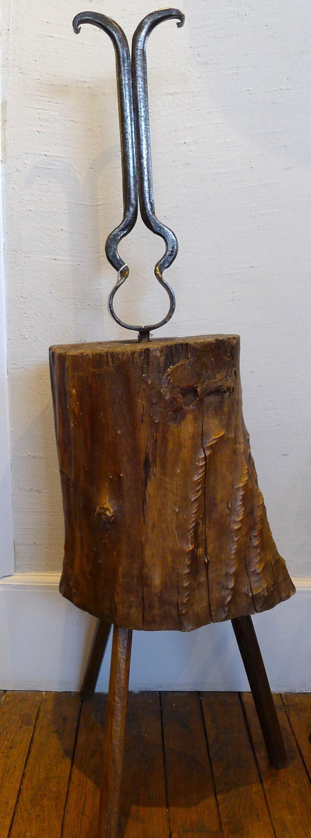 Ecorçoir de vannier sur socle. - FranceBois et fer, 19ème..Outils à 2 lames parallèles entre lesquelles passe le brin d'osier afin d'arracher uniformément l'écorce.H:112cm, Diam 30.(IX.0)