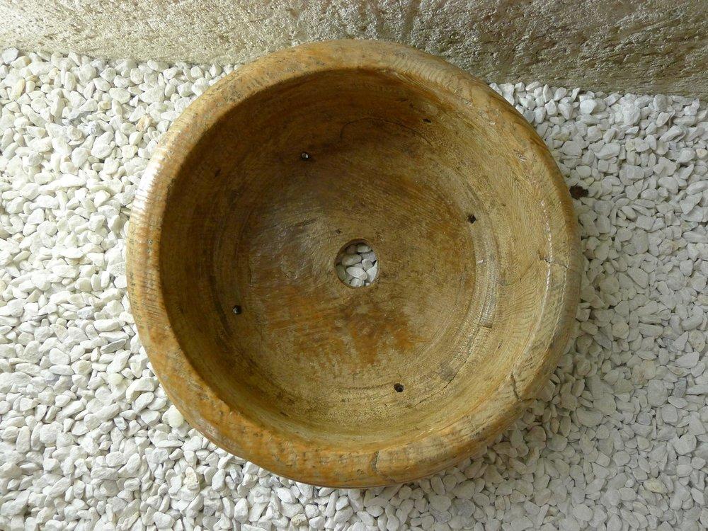 Grand moule et égouttoir à morbier, bois de sapin, Haut jura, 19ème. Diam:32cm.