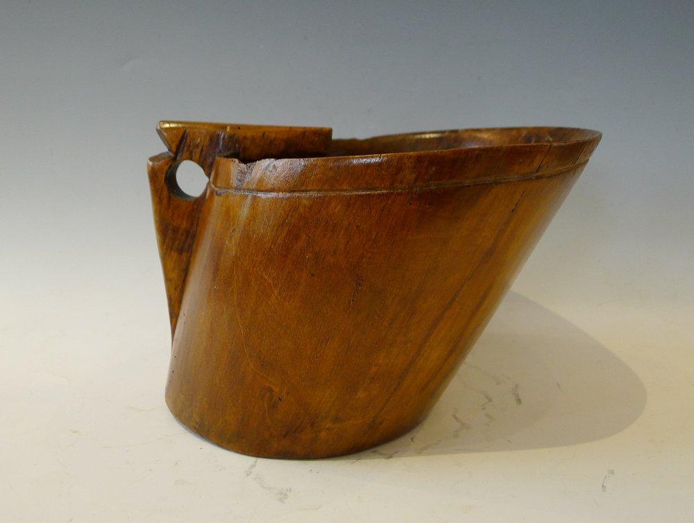 Kaïku sert à récupérer le lait de la traite des brebis.Un pierre chauffée à blanc, posée sur le fond du récipient, permet de cailler le lait.Typique du Pays basque. Diam 22, H: 13cm.