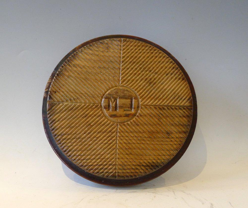 Plateau égouttoir à fromage circulaire décoré de 4 parties rainurées en diagonale.Initiales : ML.Pyrénées,Diam 23cm.