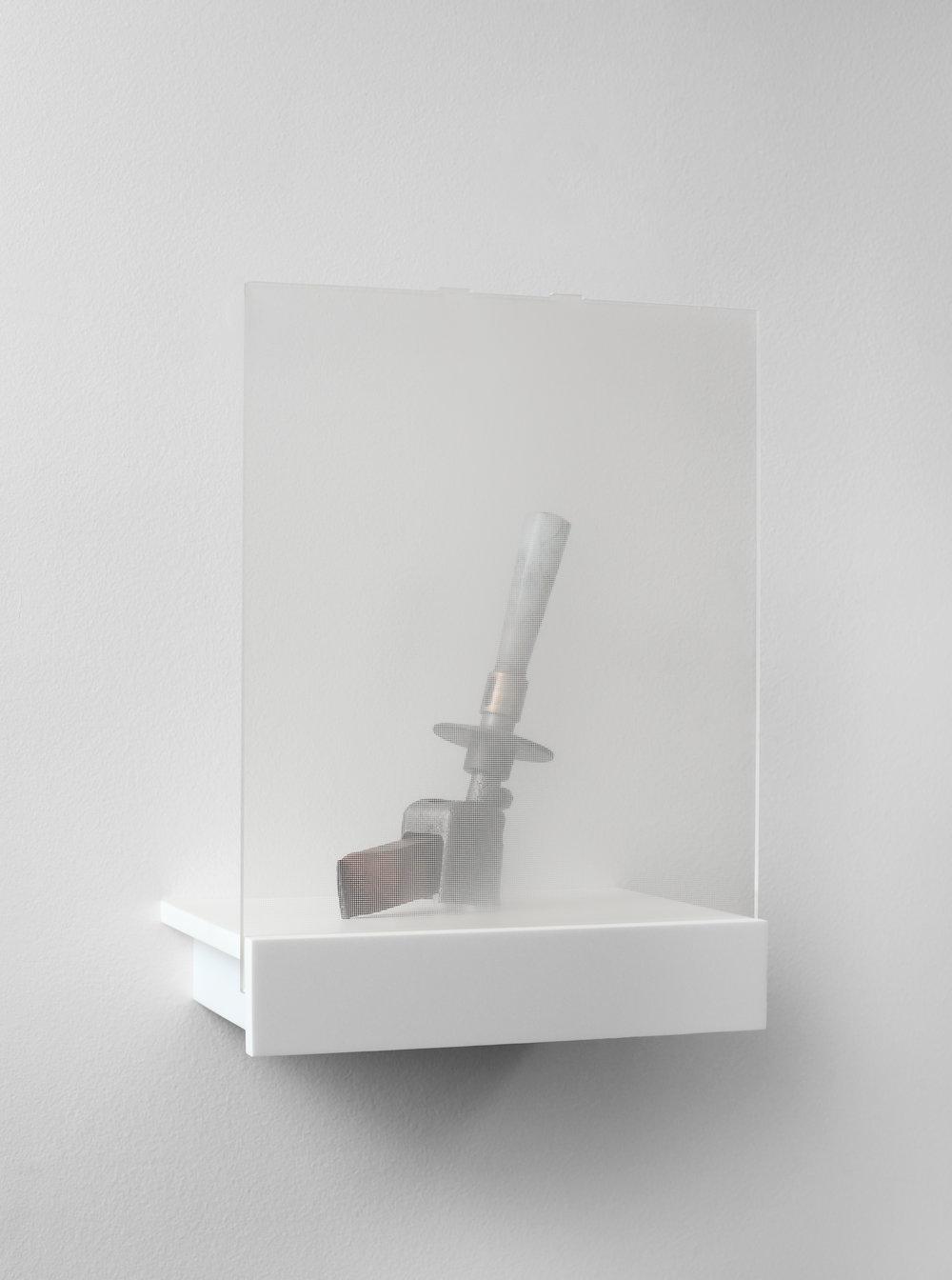 Charlie Boisson  Sans titre  2016 corian, plexiglass, métal 28 x 37,5 x 19,5 cm © courtesy of the artist & galerie l'inlassable