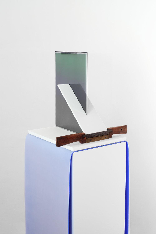 Charlie Boisson  Sans titre  2016 corian, silicone, écrans LCD, bois 134 x 32 x 33 cm © courtesy of the artist & galerie l'inlassable