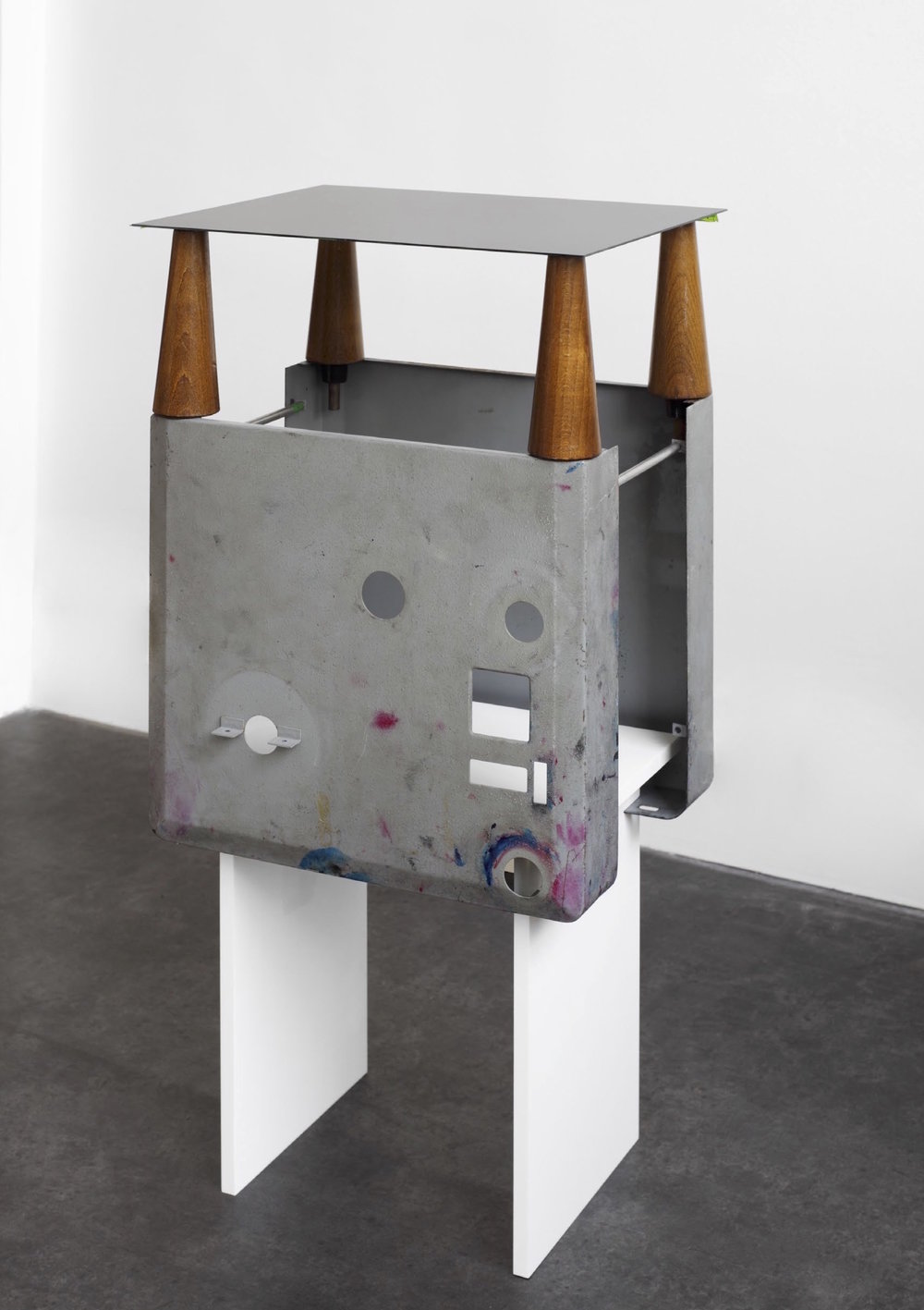 Charlie Boisson  Blue autel  2015 bois, tôle d'acier,résine synthétique, écrans lcd 30 x 40 x 80 cm © courtesy of the artist & galerie l'inlassable