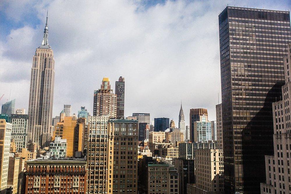 nyc family and newborn photographer view of Manhattan from beautiful flatiron apartment