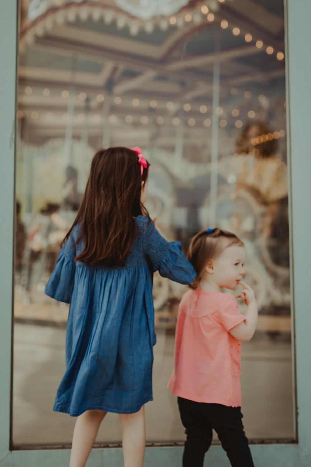 photo of sisters staring at jane's carousel in dumbo brooklyn. photo by nyc family and newborn photographer krystil mcdowall