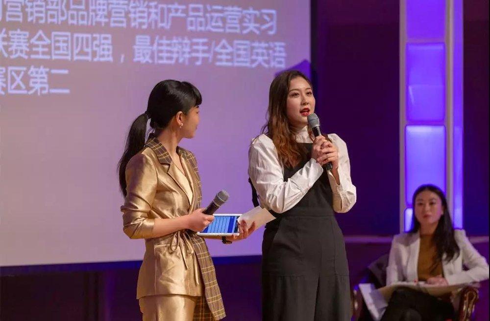 Luna多次机智化解了老板们尖锐的问题,赢得观众的阵阵掌声