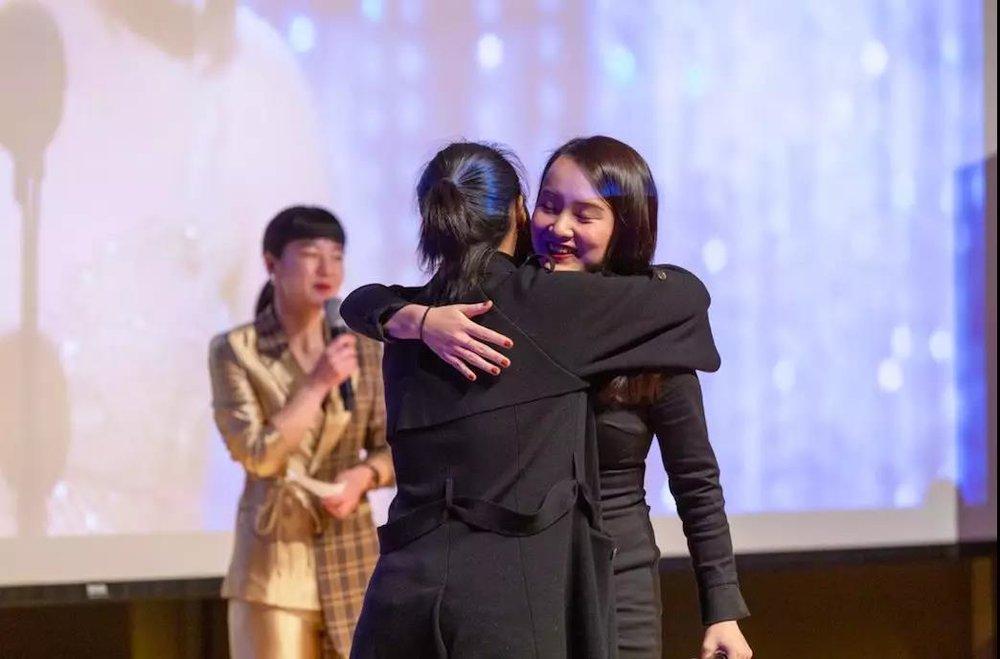 Hayley与Boss直聘的CEO Danie拥抱